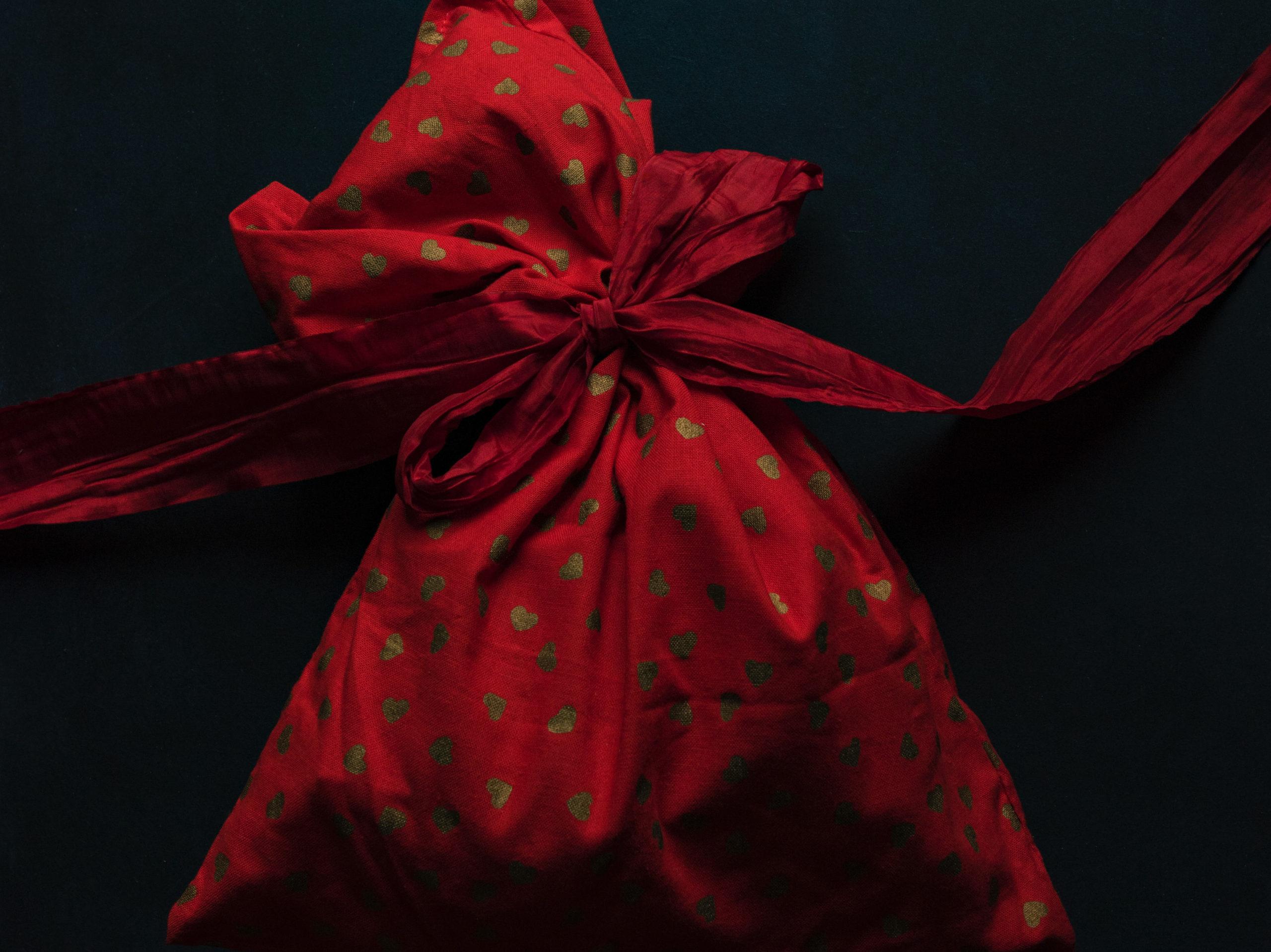 dárek v látkovém sáčku