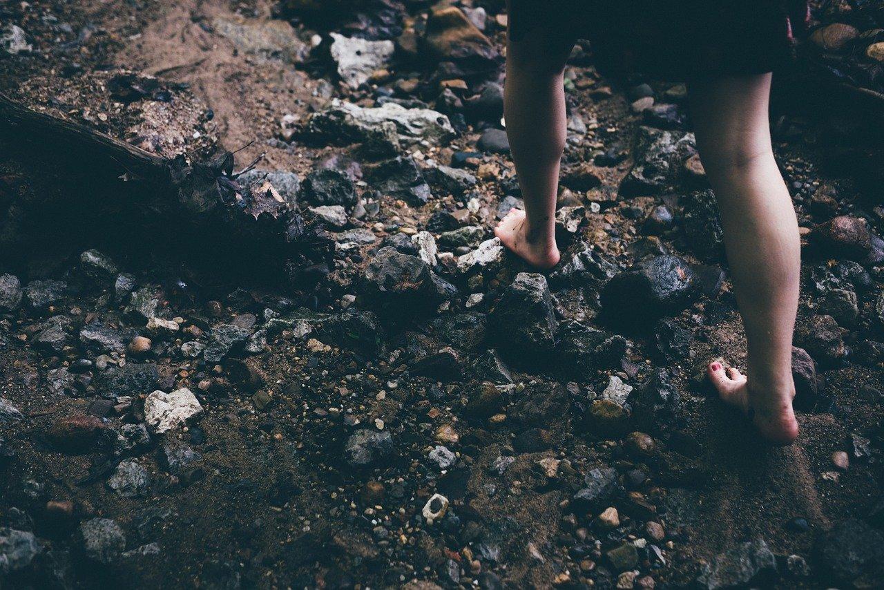 je chození bez bot zdravé