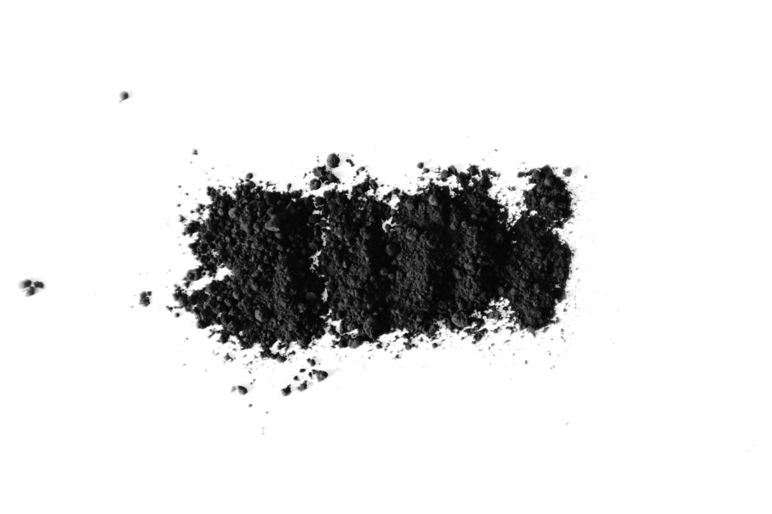 čištění zubů černým uhlím